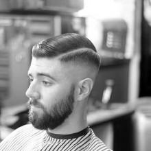 Mann mit klassischen old-school-Kamm über haircut und die Haut fade an den Seiten kurze Länge