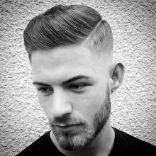 Mann mit kurzen Kamm über Haut-fade-Haarschnitt