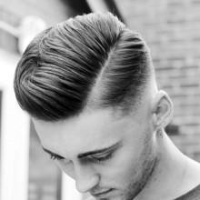 Mann mit langen Haar-Kamm über