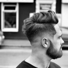 Mann mit niedrigen fade Haarschnitt mit BART