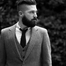 Mann mit rasierten Seiten und ölspray Haar zurück