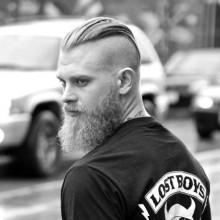 Mann mit rasierten Seiten undercut Haare zurück gekämmt