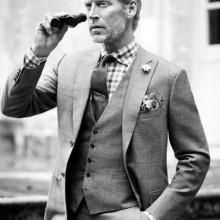 Mann mit stilvollen Frisur und drei Stück Anzug