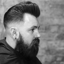 Mann mit taper fade mit BART Haarschnitt mittlerer Länge