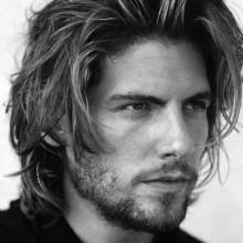- Mann mit unordentlichen Haarschnitt