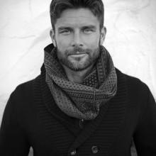 Mode-forward-medium Haarschnitt für Herren mit Dauerwellen