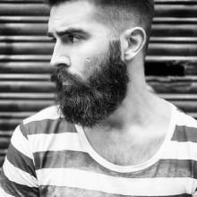 bärtiger Mann mit mittellangen undercut-Haarschnitt