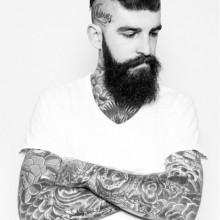 beliebten slicked zurück undercut Frisur mit rasierten Seiten und BART