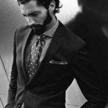 business-Mann mit langem stilvollen Haar