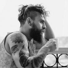 chaotisch undercut Frisur für Männer mit Bärten