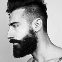 dapper Herren mit mohawk Seite gescheitelt Frisur