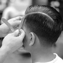 dapper mens Kamm über Frisur wth harten Teil Rasiert Linie auf Seiten