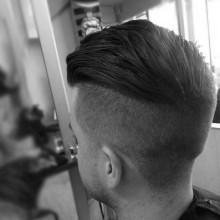 dapper-slicked zurück undercut Frisur für Männer