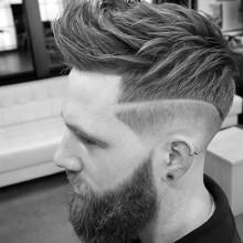 fohawk Haut-fade-Haarschnitt für Männer mit welliges dickes Haar