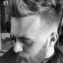 fohawk mit Haut-fade-Haarschnitt für Männer