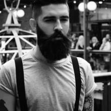 gentleman mit dicken BART und mittellangen undercut Haare