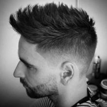 gentleman mit faux-hawk taper fade Haare