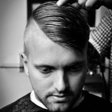 gepflegtes Herren-Kamm über die Haare geschnitten