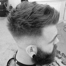 high fade Herren faux-hawk Haarschnitt mit BART