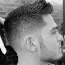 kurz männlichen Haarschnitt fohawk mit fade auf Seiten