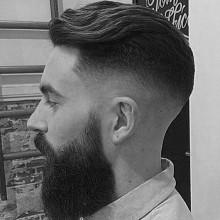 kurze Haarschnitte für Dicke gewellte Haare, rundes Gesicht bei Männern