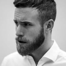 kurze gerade klassischen männlichen Frisuren