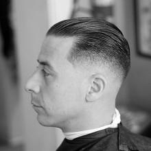 kurzes Länge Herren-Haut-fade-Haarschnitt slicked back