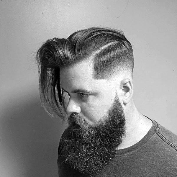 Lange Harte Teil Haare Bei Männern Mit Niedrigen Fade Seite