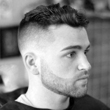 lockiges Haar für Männer mit Haut fade Frisur auf Seiten