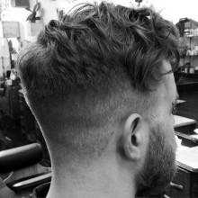 lockiges Haar mit taper fade für Männer