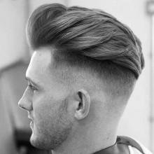 männliche Frisur für kurze wellige Haare