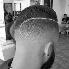 männliche fade Haarschnitt mit Kamm über