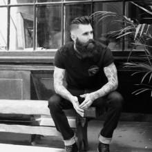 manly slicked zurück undercut-Haarschnitt für Herren mit Bärten
