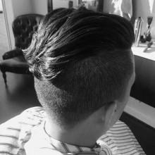 maskulinen slicked zurück undercut-Stil für Männer mit dicken Haaren