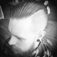 modernen slicked zurück undercut Frisur für Männer mit Bärten