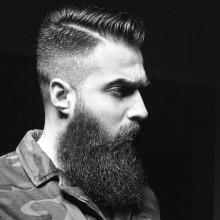 modischen Frisur kämmen über auf Mann mit BART