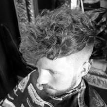 modischen Jungs lockigen undercut-Frisur