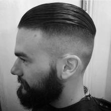modischen slicked zurück undercut-Frisuren für Männer mit hoher fade