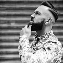modisches harte Teil Haarschnitt für Herren mit rasierten Seiten