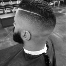 old school mens Kamm über haircut bei verblassen und harte Teil rasierte line