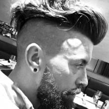 rasierte Seiten undercut Herren wellige Frisur mit BART