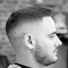 short Jungs Haut-fade-Haarschnitt mit fohawk