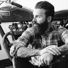 slicked zurück Frisuren für Männer mit mittlerer Länge Haar