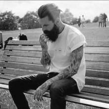 slicked zurück mit BART mittlerer Länge Frisuren für Männer