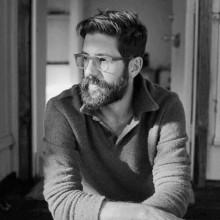 stilvollen Männer hipster-Frisuren kämmen über chaotisch -