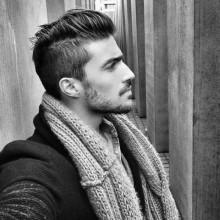 stilvollen Mann mit mittlerer Länge, moderne Haar hochgeklappt-Vorderseite