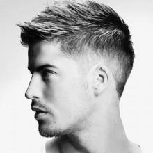 trendigen Herren-faux-hawk Haarschnitt mit fade auf Seiten