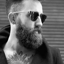 trendigen Herren-glattes Haar mit undercut fade