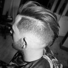 trendigen Mittel-lange Länge-Herren-Haut-fade-Haarschnitt wellige Dicke