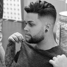 trendigen wellig, mittlere Länge und in high volume Haut-fade-Haarschnitt -